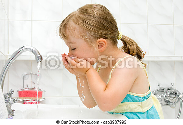 Una niña en el baño - csp3987993
