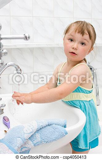 Una niña en el baño - csp4050413