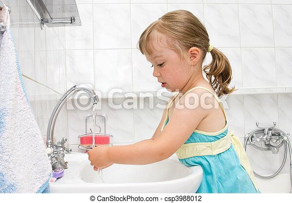 Una niña en el baño - csp3988012