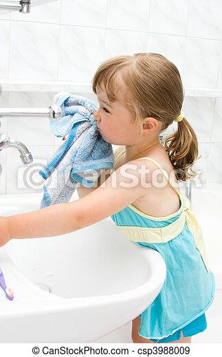 Una niña en el baño - csp3988009