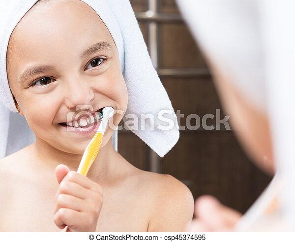 Una niña en el baño - csp45374595