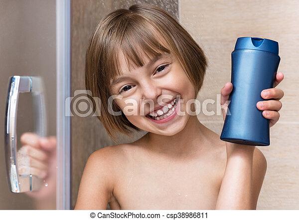 Una niña en el baño - csp38986811