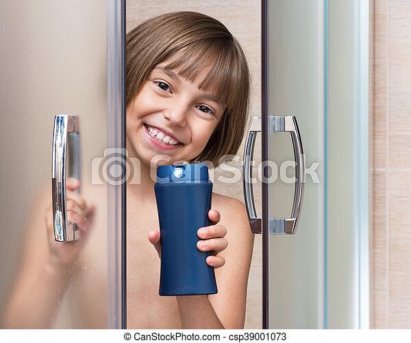 Una niña en el baño - csp39001073