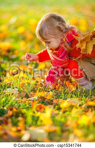 Una niña en el parque - csp15341744