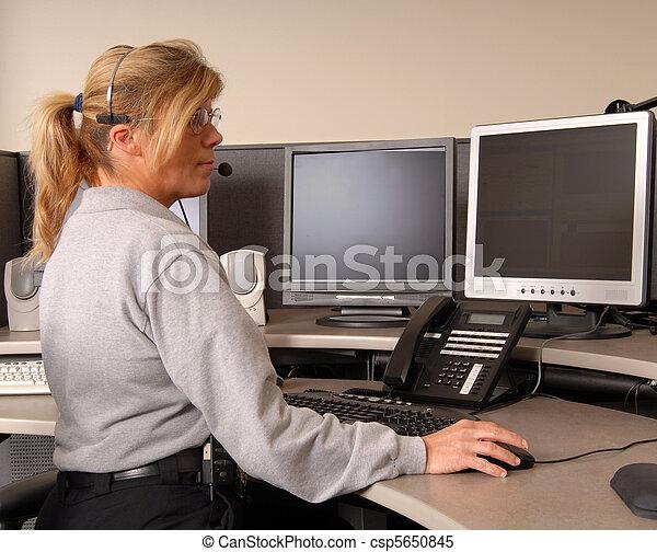 Un despachador de policía trabajando en la consola - csp5650845
