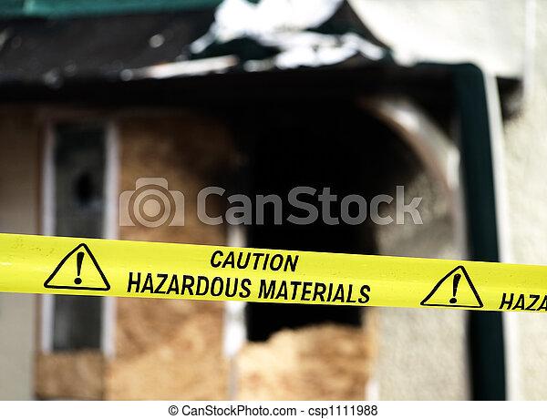 Cuidado con los materiales peligrosos con cinta amarilla - csp1111988
