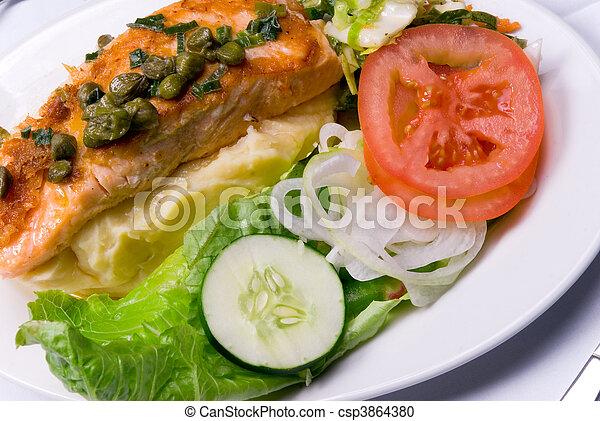 Pollo y ensalada - csp3864380