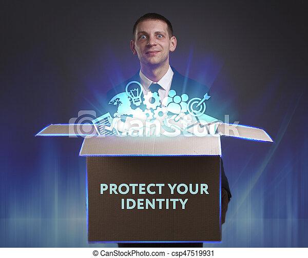 Negocios, tecnología, Internet y el concepto de red. Un joven hombre de negocios muestra la palabra: proteger su identidad - csp47519931