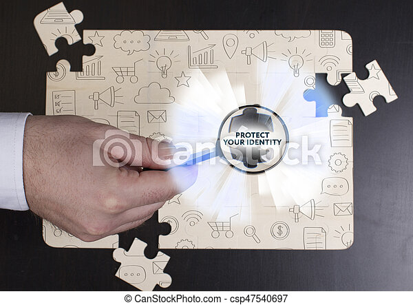 Negocios, tecnología, Internet y el concepto de red. Un joven hombre de negocios muestra la palabra: proteger su identidad - csp47540697
