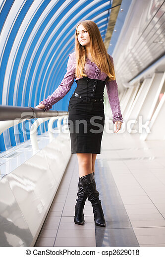 Una joven caminando por el puente moderno - csp2629018