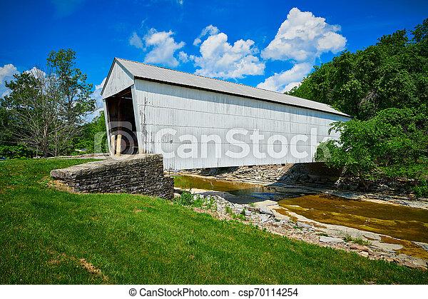 Puente cubierto de blanco - csp70114254