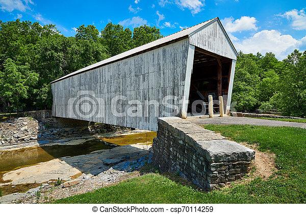 Puente cubierto de blanco - csp70114259