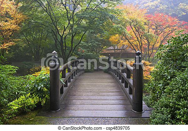 Puente de madera en el jardín japonés en otoño - csp4839705
