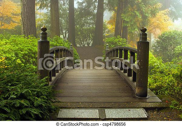 Puente de madera en el jardín japonés en otoño - csp4798656