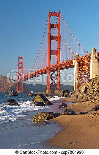 El puente dorado en San Francisco durante el atardecer - csp7804990