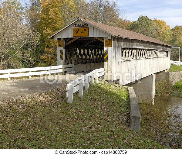 Puentes cubiertos en condados del noreste de Ohio. Temprano en otoño. - csp14363759