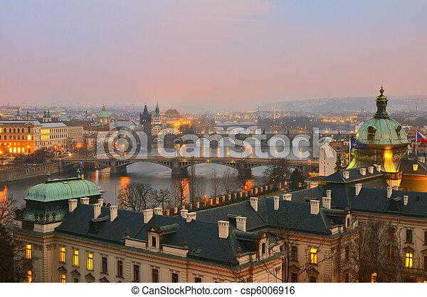 Vista en los puentes de Praga al atardecer - csp6006916