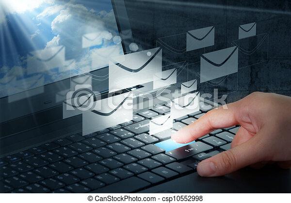 Pulsa el botón y correo electrónico - csp10552998