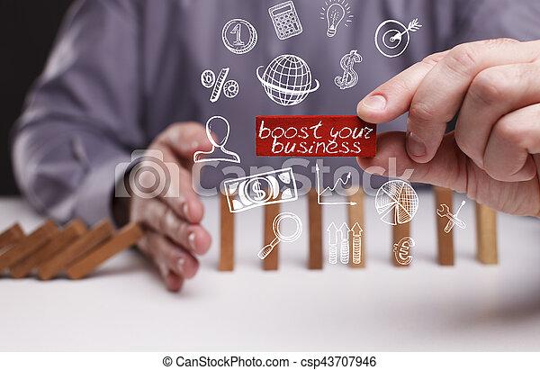 Negocios, tecnología, Internet y el concepto de red. Un joven hombre de negocios muestra la palabra: aumentar su negocio - csp43707946