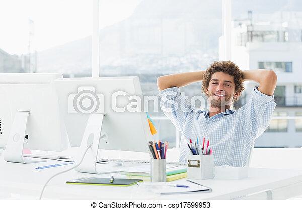 Un tranquilo hombre de negocios casual con una computadora en una oficina brillante - csp17599953
