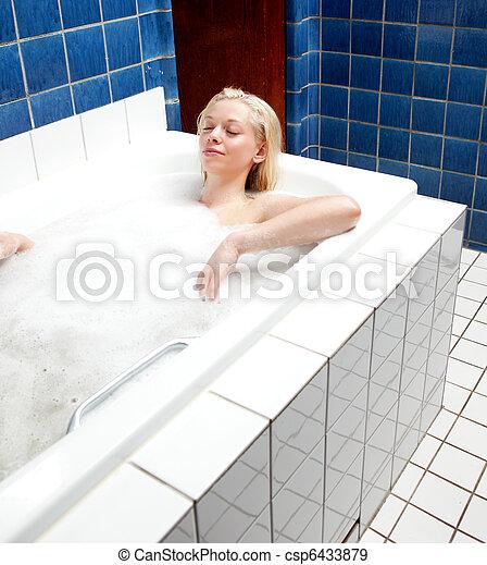 Relajante mujer del baño - csp6433879