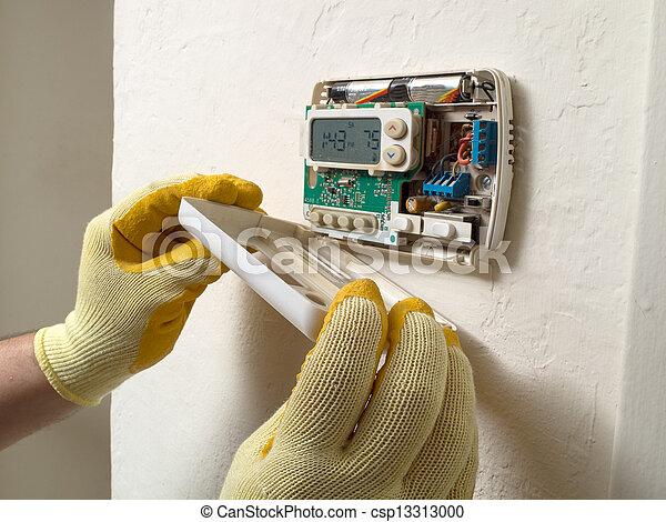 Reparador de aire hispano haciendo mantenimiento - csp13313000