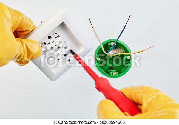 Retorcer tornillo en interruptor de luz doble. - csp68594665