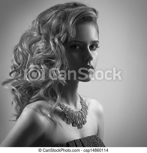Retrato de moda de mujer con joyas. Imagen BW - csp14860114