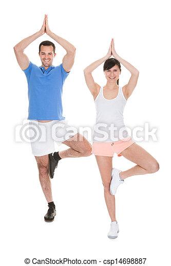 Retrato de pareja haciendo yoga - csp14698887