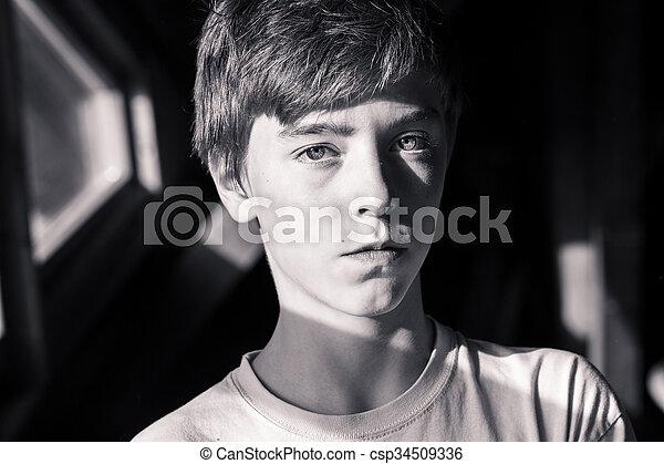 Retrato de un hermoso adolescente - csp34509336
