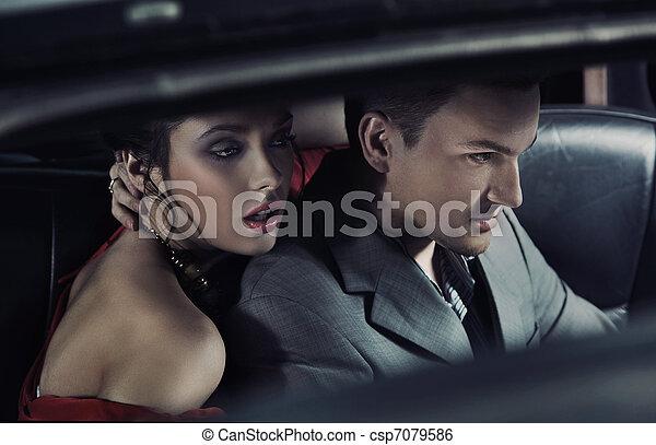 Retrato de un par de moda en un auto - csp7079586