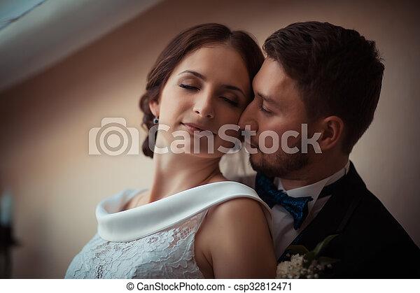 Retrato de una hermosa novia y novio - csp32812471