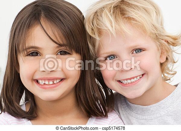 Retrato de dos niños felices en la cocina - csp5174578