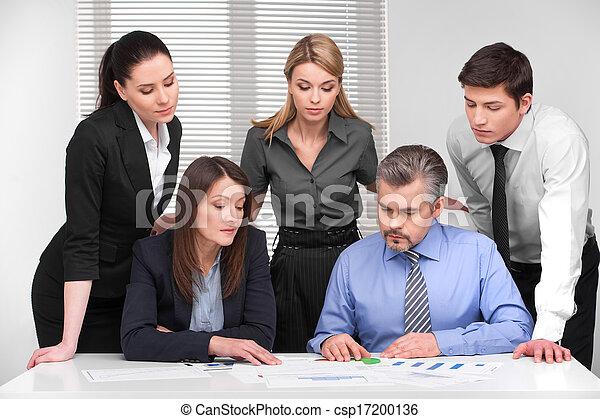 Reunión de negocios de cinco empresarios de diferentes edades. Discusión y planificación en la oficina de la luz moderna - csp17200136