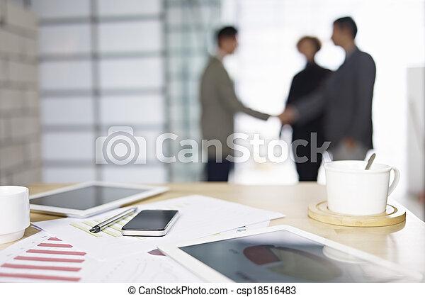 Gente de negocios reuniéndose en la oficina - csp18516483