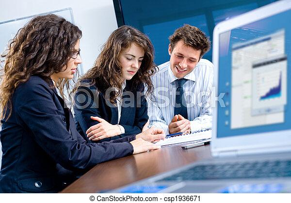 Reunión de negocios en la oficina - csp1936671