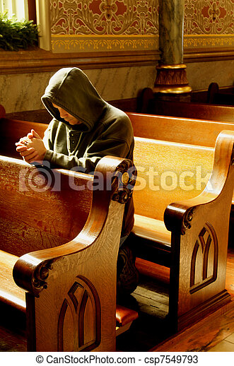 Hombre rezando en la iglesia - csp7549793