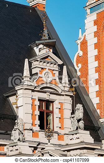 Riga latvia. Una ventana cerrada con esculturas de leones en la fachada - csp41107099