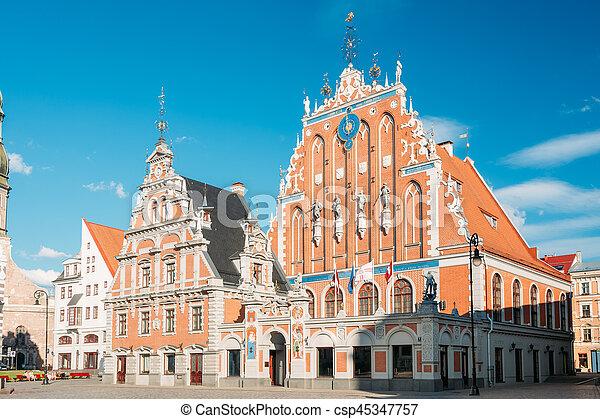 Riga, Letonia. Casa Schwabe en la plaza del ayuntamiento, antiguo monumento histórico - csp45347757