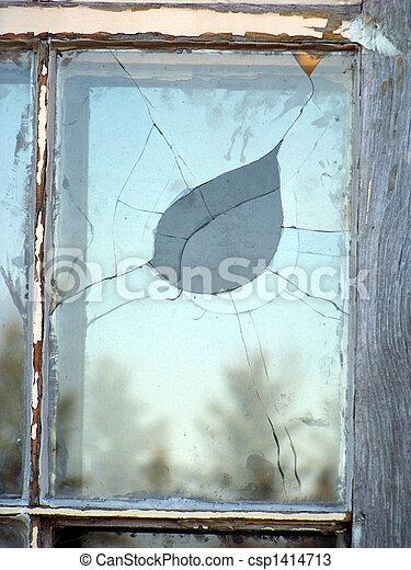 Un cristal roto. - csp1414713