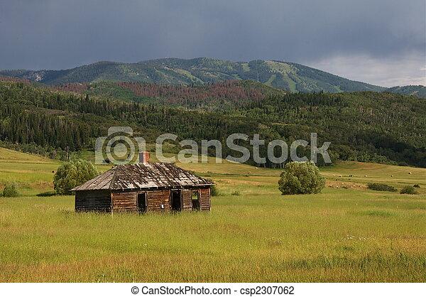 Un granero en Colorado rural - csp2307062