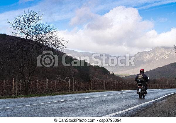 El motociclista en el camino rural - csp8795094