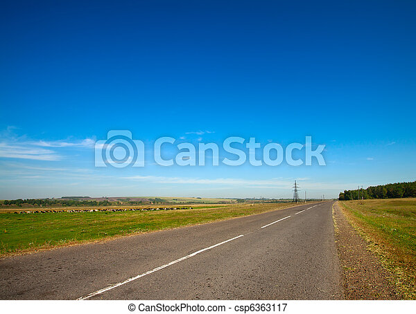 Un paisaje de verano con carretera rural y cielo nublado - csp6363117