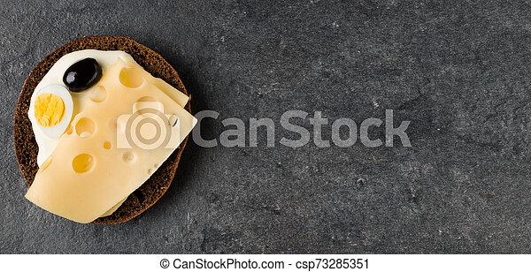 Sándwich abierto con queso. Vista superior, plano. Copia espacio. - csp73285351