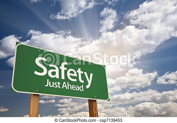 Seguridad, justo delante de la señal de carretera verde - csp7139453