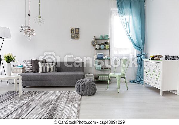 Sala de estar espaciosa con sofá cómodo - csp43091229