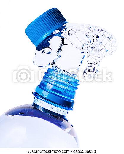 Salpicaduras de agua de una botella - csp5586038
