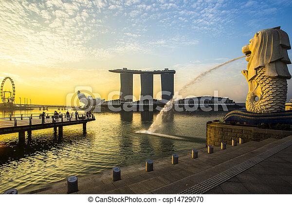 Singapur marca Merlion con el amanecer - csp14729070