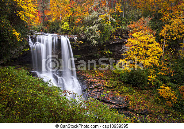 Cascadas otoñales caen al follaje del bosque NC en las montañas de Culasaja - csp10939395