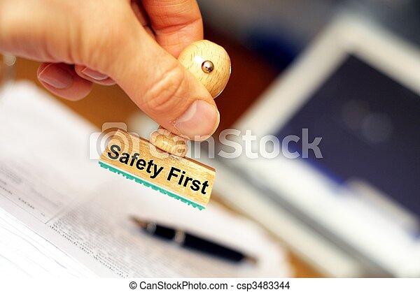 La seguridad primero - csp3483344